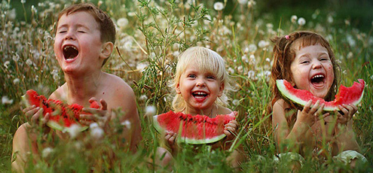 bambini che mangiano angurie
