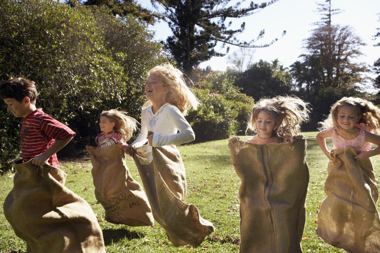 bambini che giocano saltando con il sacco