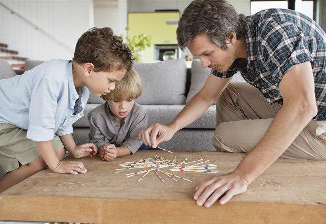 padre che gioca con bambini