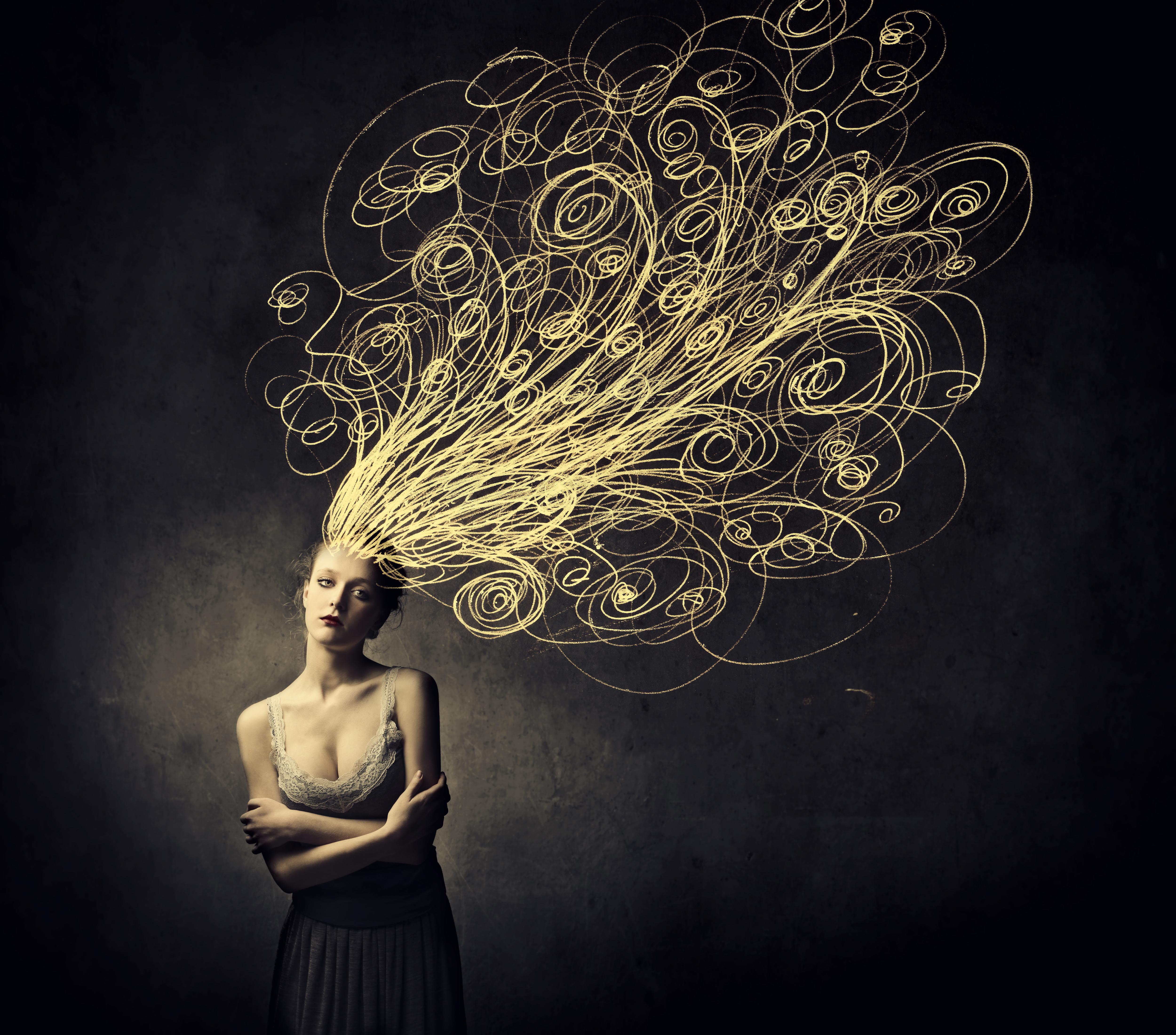 donna con pensieri arruffati