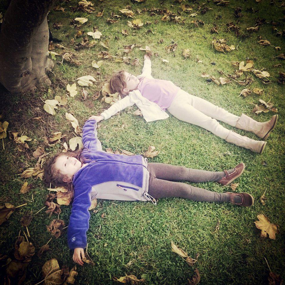 immagine bambini emozionati in giardino