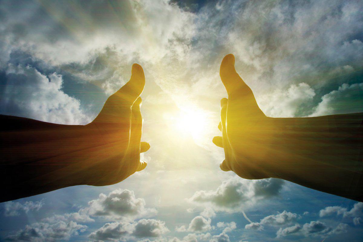 mani che guidano verso la luce